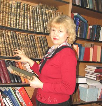 Зав. библиотекой И.В. Мурзина у полки с книгами редкого фонда