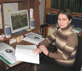 Зав. научно-библиографическим отделом Т.Г. Чиковани за работой над базой данных «Труды ученых ТГПИ»