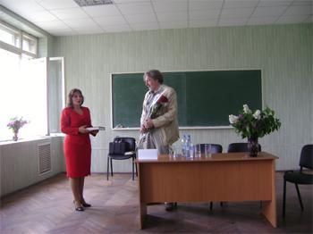 О.А. Кочергина вручает А.Н. Балдину памятный подарок