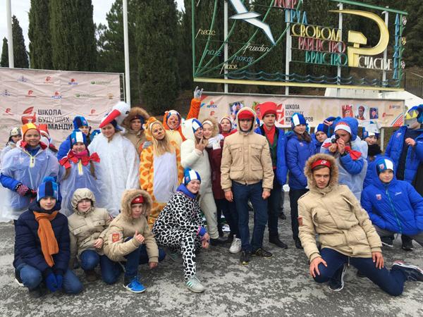 Студенты ПсковГУ работают вожатыми в зимней смене в «Артеке» | 450x600